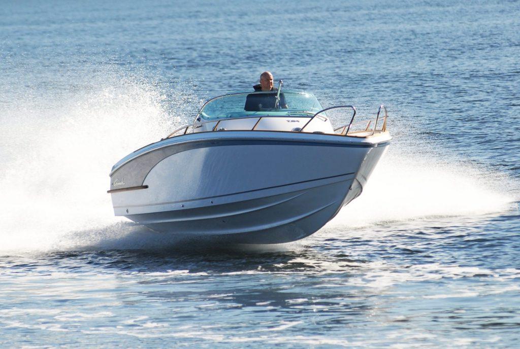 En blankpusset båt som kjører på vannet