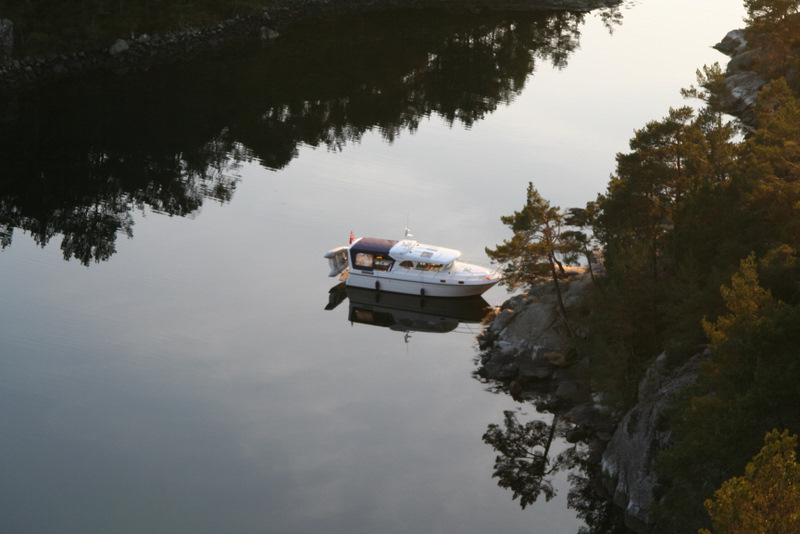 En båt på blikkstille vann